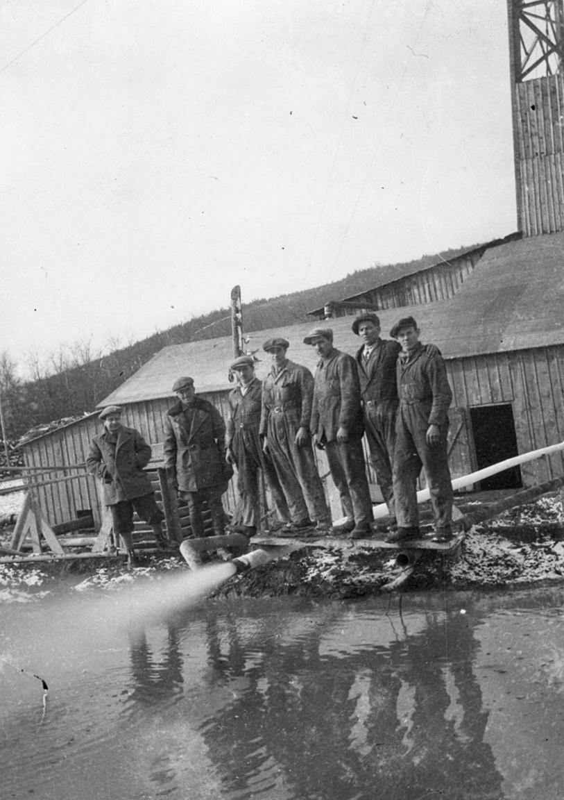 A Budafapuszta-1 számú fúrásnál kiömlő olajos földgáz 1937-ben. A Papp Simon által kijelölt fúróponton 1936 második felében fúrt kútnál 1937. február 9-én indult meg a termelés. Eleinte 15 mm-es fúvókán át napi 418 000 köbméter földgázt és heti 2,5 vagon kőolajat termeltek ki. A bíztató eredményekre alapozva elindították a Budafapuszta-2 kutatófúrást is.