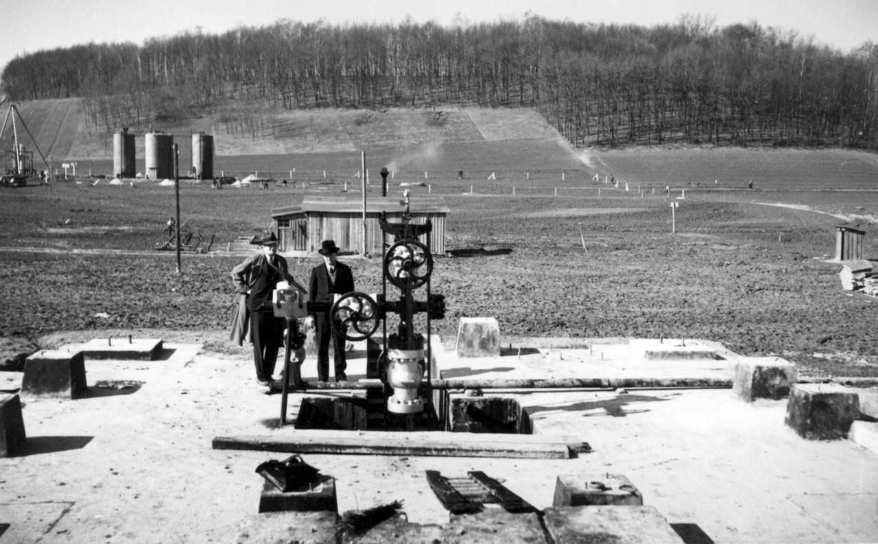 A Budafapuszta-2 fúrás, háttérben a BT-2 tankállomás. A több évnyi kutatás sikerrel zárult: Budafapuszta-2-nél jelentős mennyiségű földgázt és kőolajat találtak (naponta 10 300 m3 földgáz és 65 m3 kőolaj hoztak a felszínre). A következő nyolc fúrásból hét szintén sikeres lett. A magyar állam 1938-ban módosította szerződését az EUROGASCO-val, és budapesti székhellyel létrejött a Magyar Amerikai Olajipari Rt (MAORT), melyben a részvények 90%-a a Standard Oil Co. of New Jersey kezében volt.
