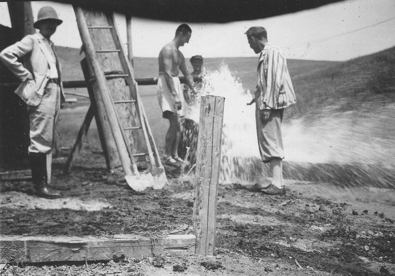 A Bükkszék-27-es kúton kiömlő gyógyvíz 1938-ban. Az olajkutak fúrásakor talált Salvus vízre települt a ma is híres gyógyfürdő.