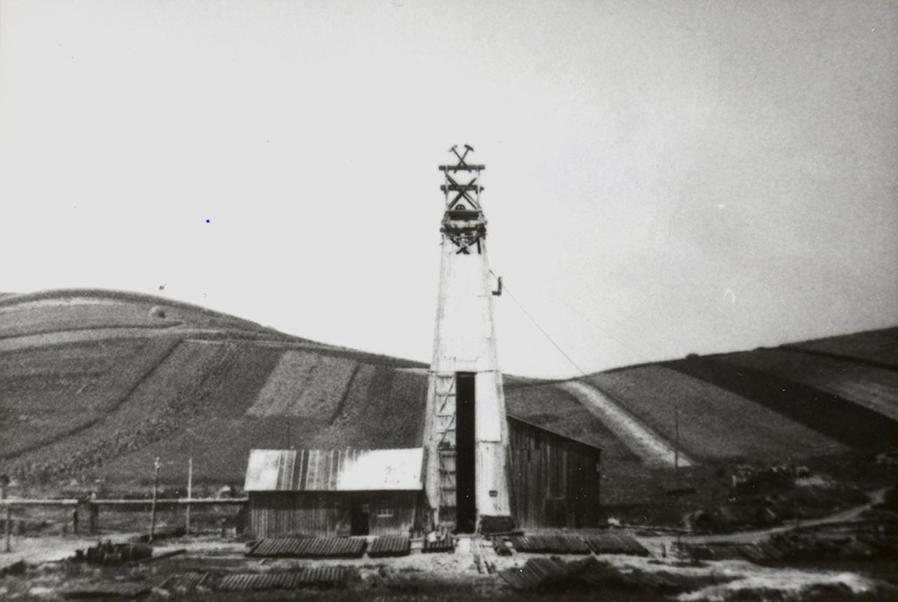 A bükkszéki 1. sz. fúrás tornya, 1937. A bükkszéki olajkutatások sikerrel zárultak: 1937. február 21-én 263 méter mélységben kőolajat találtak, aminek kitermelését néhány hónap múlva megkezdték. Ez az előfordulás azonban kicsinek bizonyult, 10 év alatt letermelték az innen nyerhető mintegy 11 600 tonna olajat.