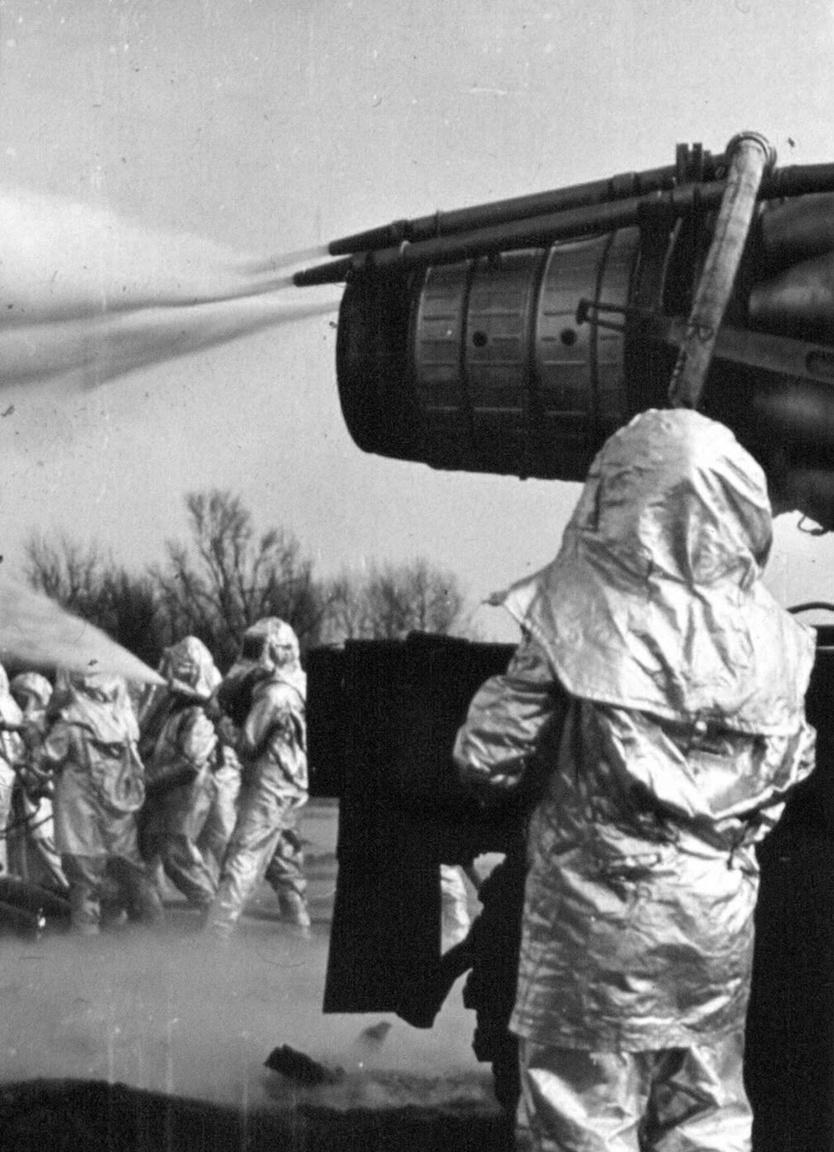 A Zsana É-2 égő gázkút oltásához használt szovjet MIG vadászrepülőgép hajtóműve. 1979. január 24-én hajnali három órakor kitört a Zsana É-2-es jelű kút. A kiáramló földgáz meggyulladt, és a hatalmas gázfáklya huszonhárom napig tombolt. A bömbölő kutat tankra szerelt vízágyúval is lőtték, mire szovjet segítséggel, turbóreaktív oltóberendezés bevetésével – ami egy T-34-es harckocsira szerelt MIG-21-es repülőgép sugárhajtóműve volt – sikerült a tüzet eloltani. A Szevasztopolból érkezett szovjet szakértő, Alexej Kutyepov úgy nyilatkozott, hogy az általa eloltott húsz kitörés közül ez volt a legmakacsabb. A jelentős költségek keletkezése mellett személyi sérülés nem történt.