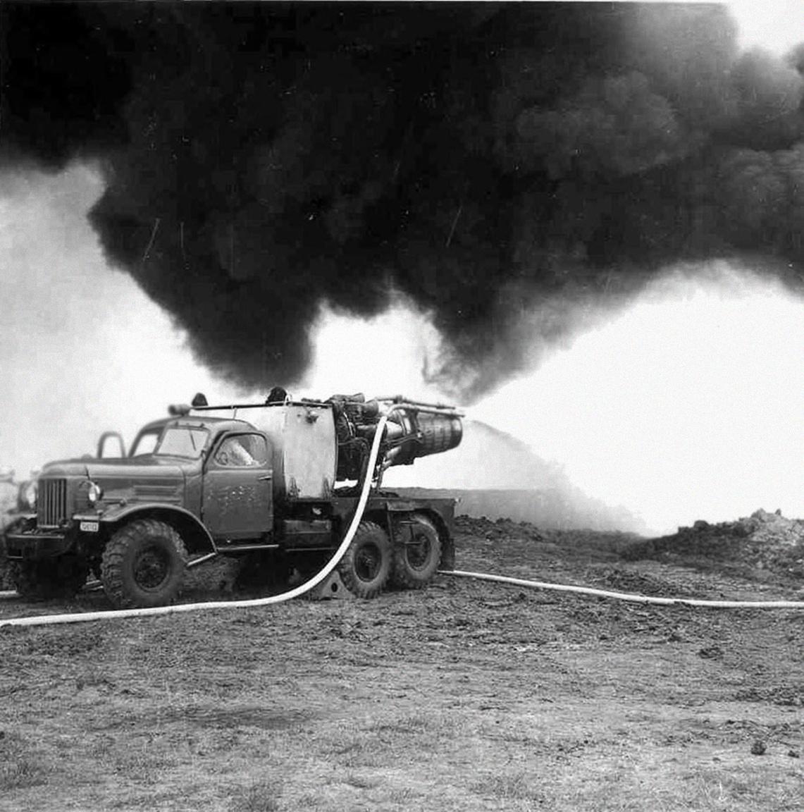 Bevetésen a kúttüzek oltásához kifejlesztett magyar találmány egy korai verziója, a teherautóra szerelt vadászgéphajtómú (Algyő, 1975).