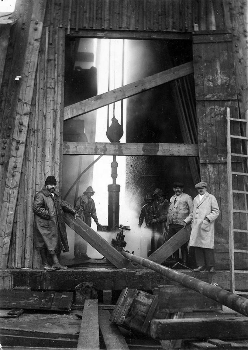 Dr. Pávai Vajna Ferenc a karcagi fúrásnál 1927 januárjában. Papp Simonnal a hazai kőolaj- és földgázkutatás úttörői voltak. Pávai-Vajna Ferencnek köszönhetjük több jelentős gyógy- és hévizünk feltárását.