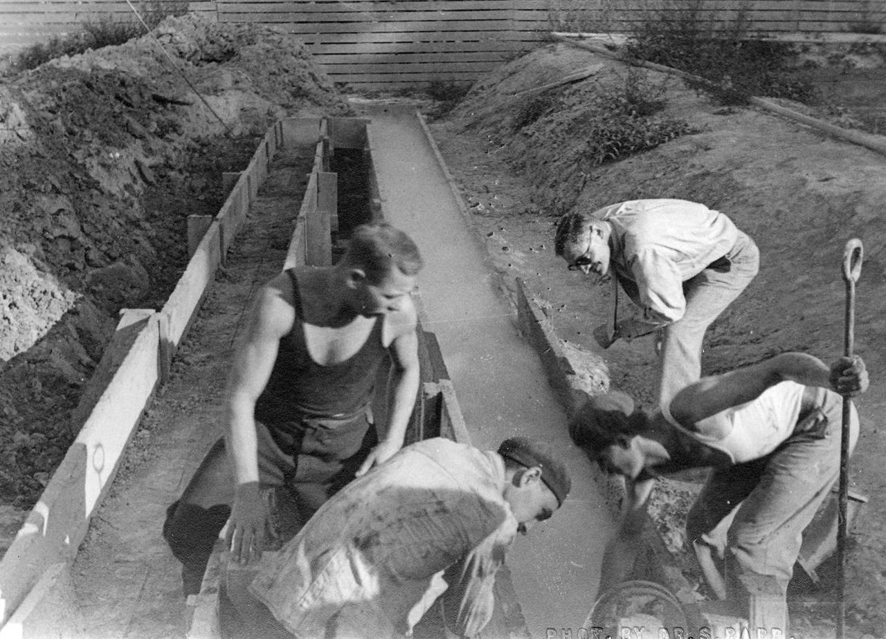 Iszapvizsgálat az Inke-1 fúrásnál 1936-ban. Az 1930-as évek elején egy, kezdetben angol–amerikai tőkeérdekeltségű vállalat, a European Gas and Electric Company (azaz: Európai Gáz és Villamossági Társaság, rövidített nevén: Eurogasco) Ausztria után Magyarországon, a Dunántúl területén is koncessziót kapott a szénhidrogén-kutatásra.