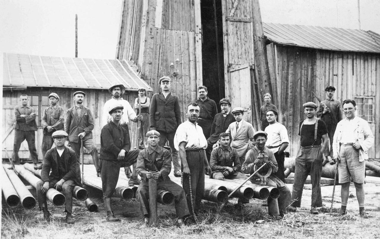 A Karcag-II. sz fúrás dolgozói a fúróberendezés előterében, 1930-ban.