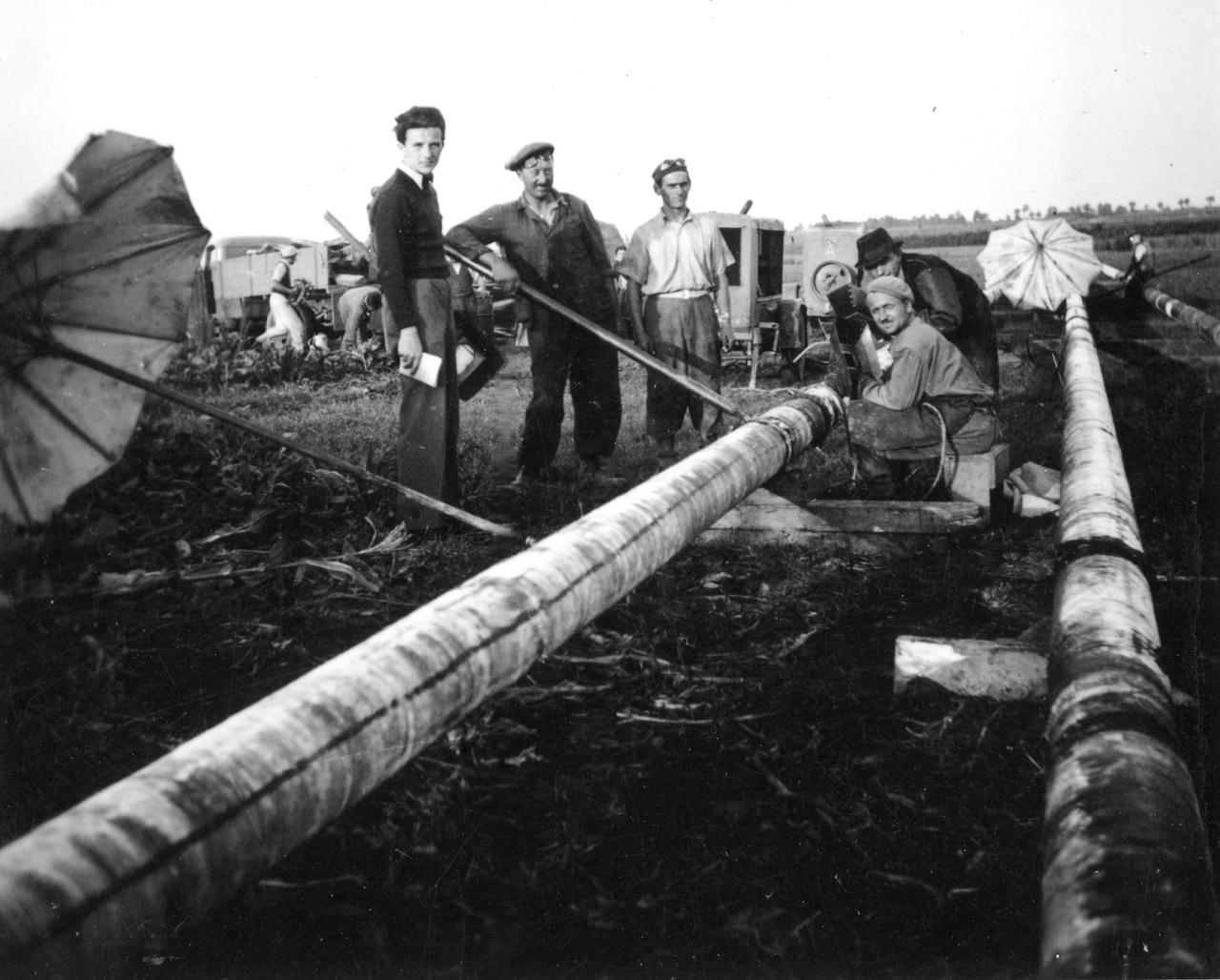 """A zalai 8 colos kőolajvezeték építése: csőhegesztés.  A magyar gyártmányú acélcsőből készült """"zalai 8 colos"""" vezeték az 1941-es átadását követő években 5 európai rekordot mondhatott magáénak. A leghosszabb szénhidrogén-vezeték volt (250 kilométer), saját szellemi forrásból katódvédelemmel látták el, Európában elsőként oldották meg a kőolaj és földgáz szakaszos célba juttatását az ún. """"dugós szállítással"""", teljes hosszában biztosított volt a belső tisztítás (görényezés), és légkábeles hírközléssel is rendelkezett."""
