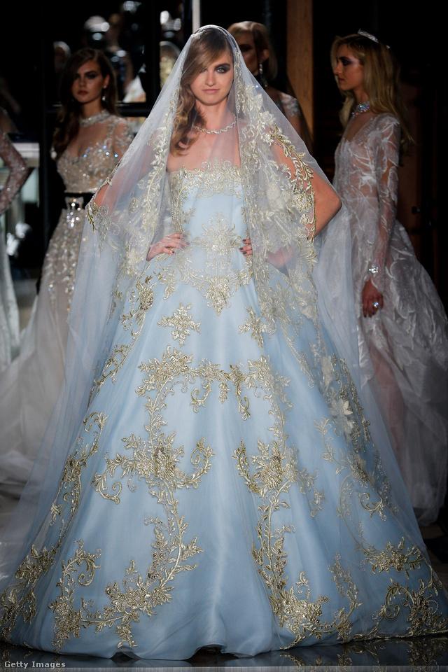 Arannyal hímzett kék menyasszonyi ruha a Reem Acra kifutóján.