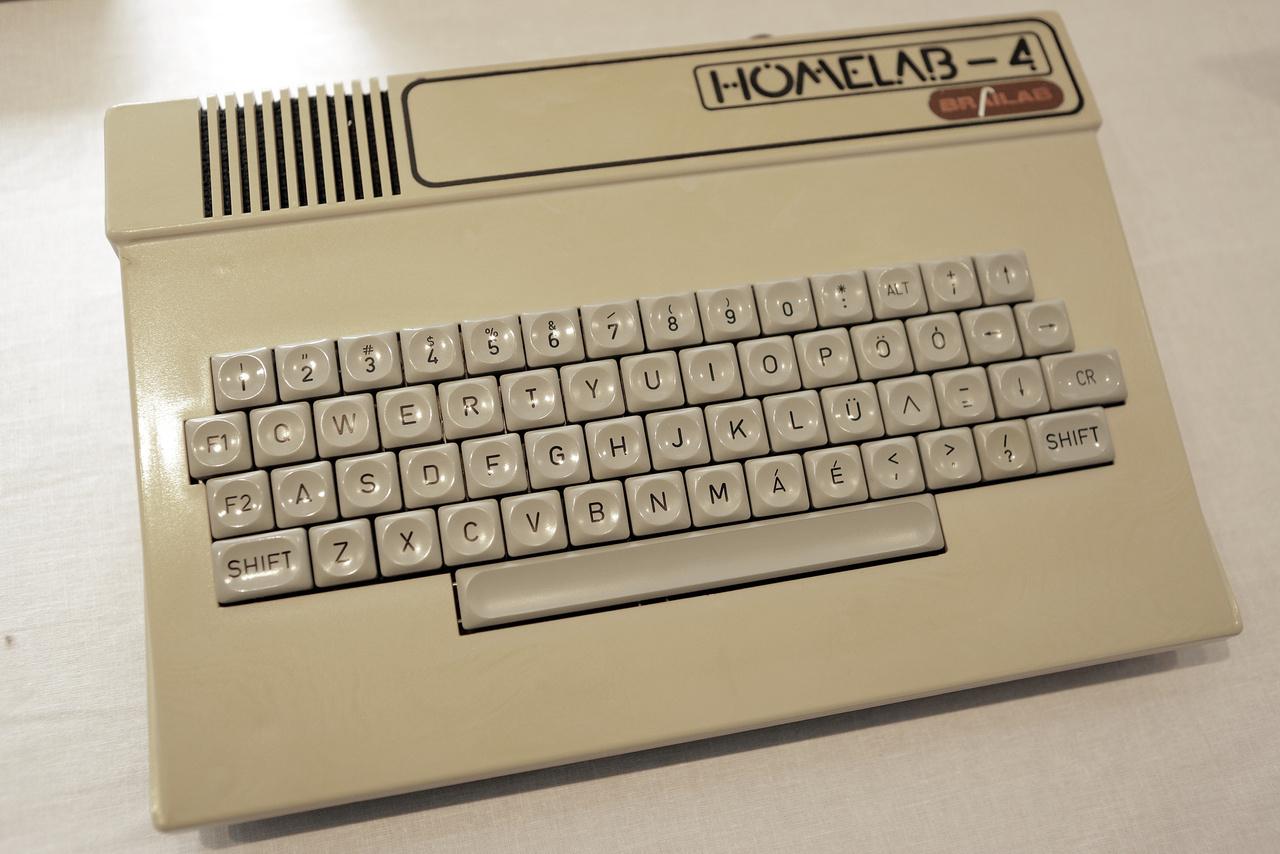 Homelab-4 Brailab 64 kb-os személyi számítógép. Gyárotta a dombóvári Color Ipari Szövetkezet 1984-ben.