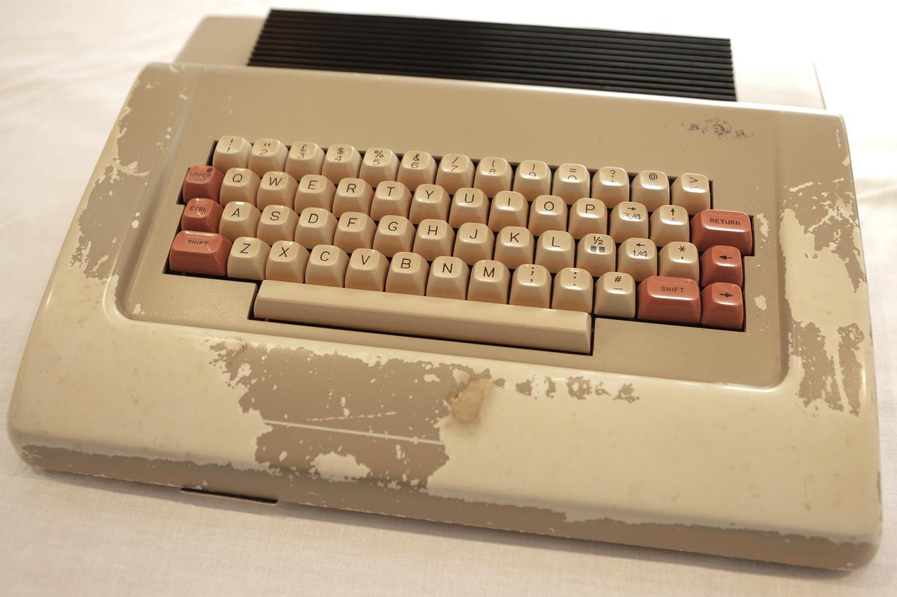 A Luxor ABC-80 16 kb-os személyi számítógép svéd-magyar kooperációban készült a hetvenes évek végén. A BRG óbudai gyárában (ahol most az Index szerkesztősége működik) gyártott ütött-kopott készüléken még a programozó cigarettája is nyomot hagyott.