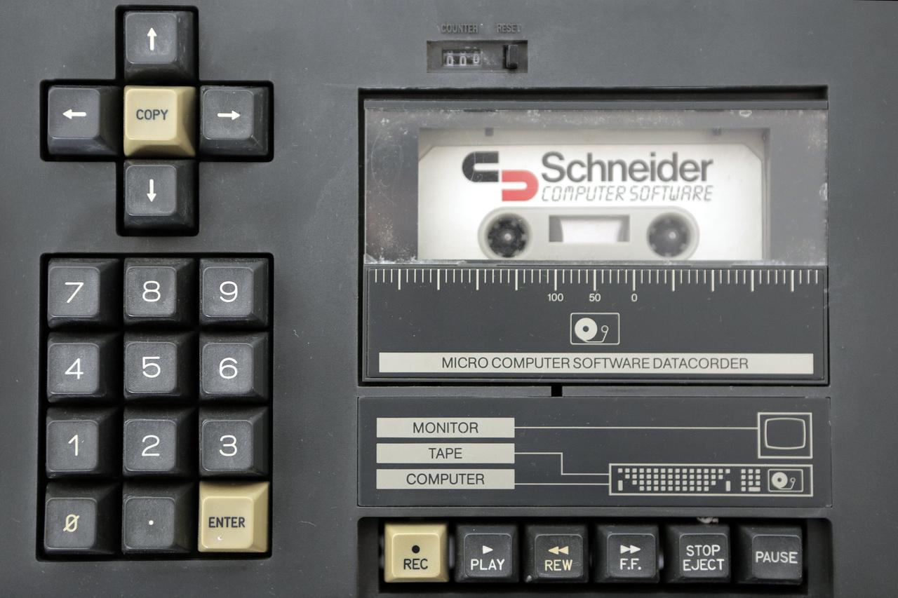 Schneider CPC-464 személyi számítógép beépített szalagolvasóval (1984)