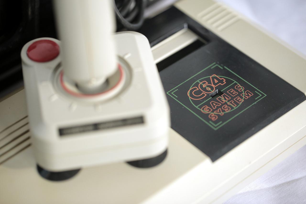 1990-ben kezdték gyártani a Commodore C64 Games System-et, amivel a videojáték konzolok piacára szeretett volna betörni a cég.