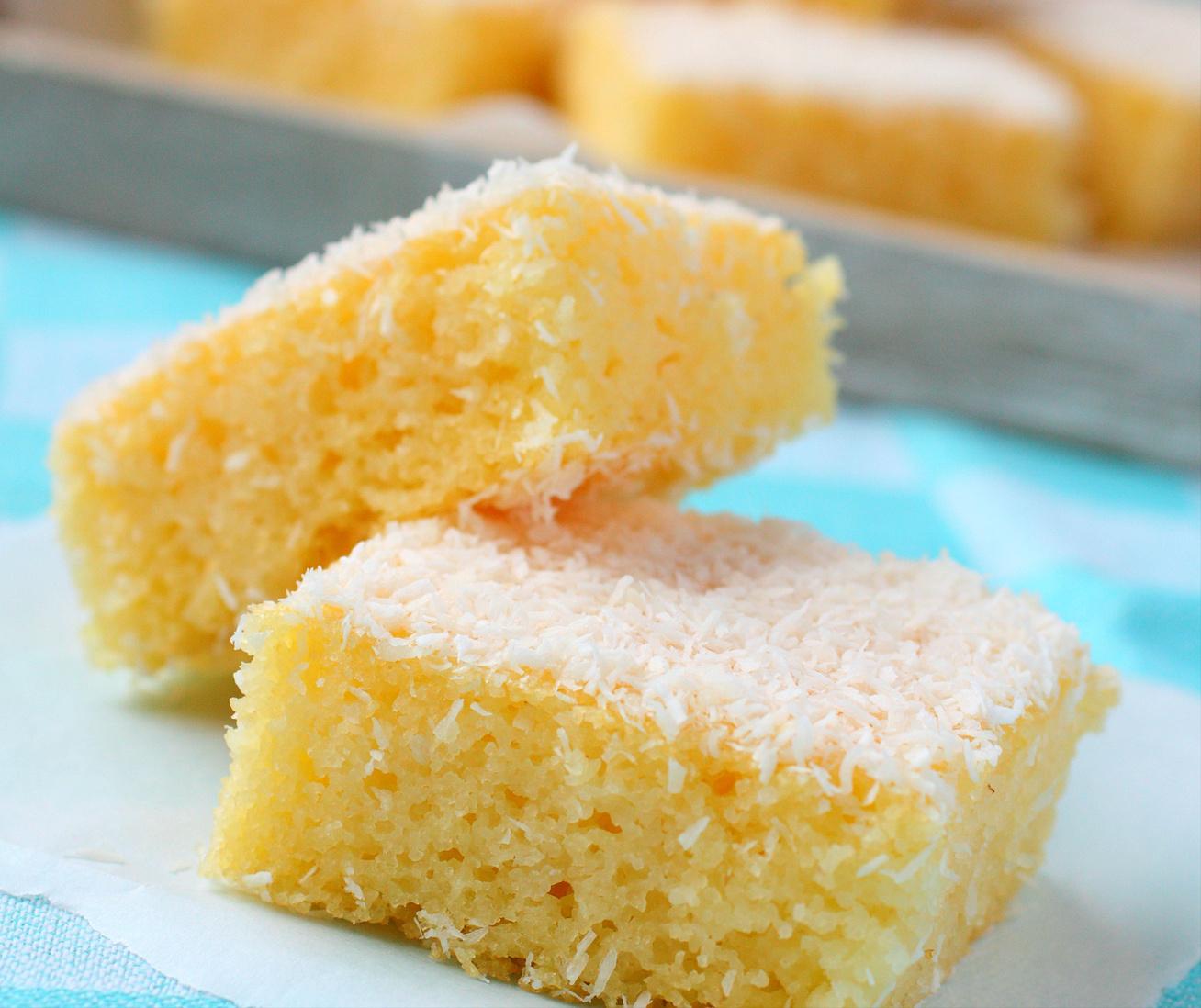 Pillekönnyű kókuszos-grízes kevert süti, amit képtelenség elrontani