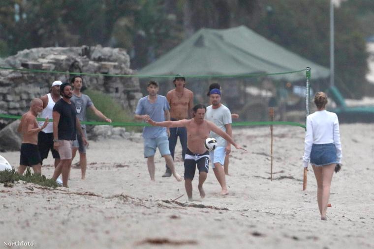 A férfiak nemcsak a teraszon lógtak, hanem a partra is lementek, és labdáztak egy kicsit.