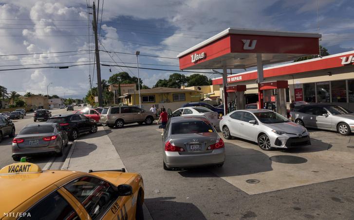 Üzemanyagért állnak sorban emberek egy benzinkúton Miamiban 2017. szeptember 6-án, az Irma hurrikán érkezése előtt. Az 5-ös erősségű Irma hurrikán várhatóan szeptember 9-én éri el Floridát. Az államban szükségállapot van érvényben, készültségbe helyezték a Nemzeti Gárdát és elrendelték a közintézmények és iskolák bezárását szeptember 8-tól. Rick Scott floridai kormányzó azonnali evakuálásra szólította fel a Florida déli részén élőket.