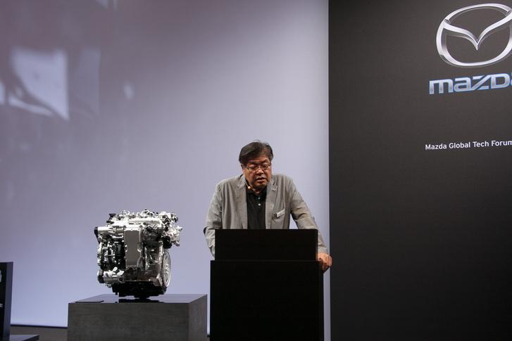 Mr Motorblokk azaz Ichiro Hirose san, mindent tud a motorról, de kevest árult el