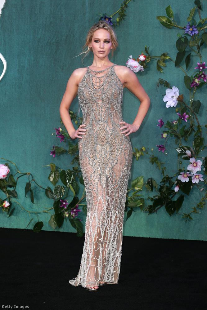 Ezen a képen Jennifer Lawrence-t láthatják, aki most éppen a mother! (Anyám!) című filmjét népszerűsítendő utazgat a világban