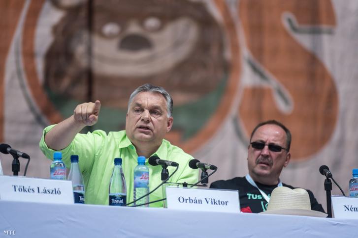 Orbán Viktor miniszterelnök a 28. Bálványosi Nyári Szabadegyetem és Diáktáborban (Tusványos) az erdélyi Tusnádfürdőn 2017. július 22-én. Mellette Németh Zsolt az Országgyűlés külügyi bizottságának elnöke.
