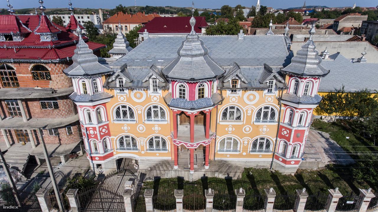 Bánffyhunyad (románul: Huedin) Románia egyik legforgalmasabb, Nagyváradot és Kolozsvárt is összekötő útja mellett fekszik. A kilencezres város Kalotaszeg történelmi központja, ahol azonban ma már egyre kevesebb magyar lakik. A románok mellett a cigányok aránya is megnövekedett. Utóbbiak az 1990-es évek elejétől kezdték felhúzni sajátos stílusú épületeiket, mert ekkortól kezdve költözhettek be a településre a rézműves cigányok.