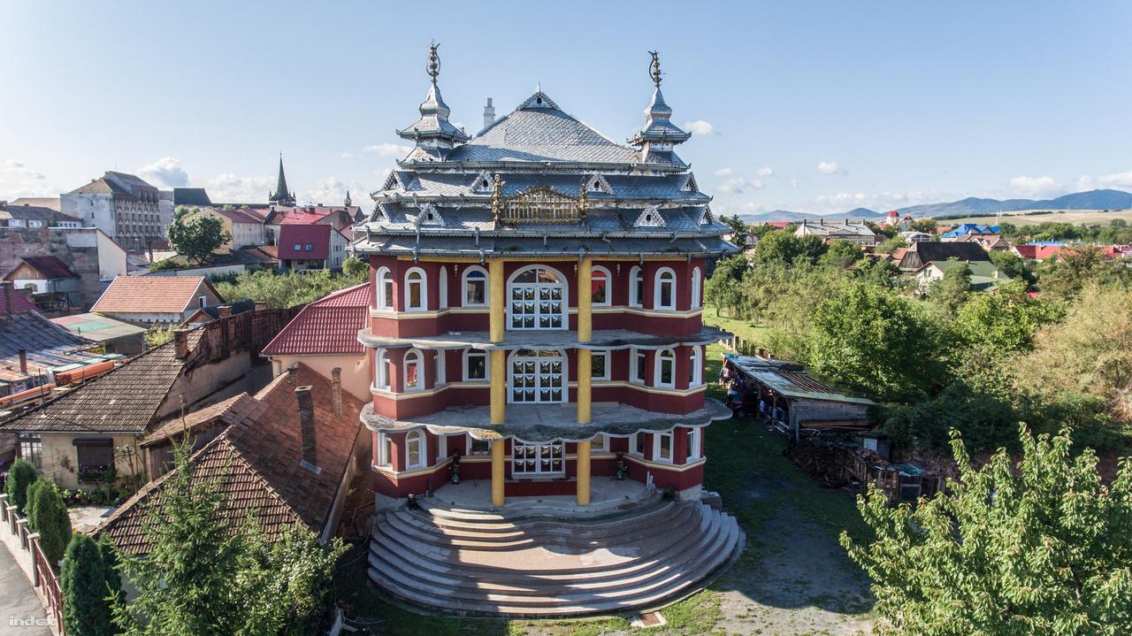 Azt pontosan senki sem tudja megmondani, honnan jött a kínai pagodákat és a színes orosz hagymakupolákat is megidéző stílus, de az első ilyen épületek a Ceaușescu-korszak után kezdtek felbukkanni Bánffyhunyadon. Az egyik palotalakó azt mondta nekünk, hogy indiai mintákat követnek, de úgy tűnik, hogy a cifra paloták inkább belső fejlődés eredményei.