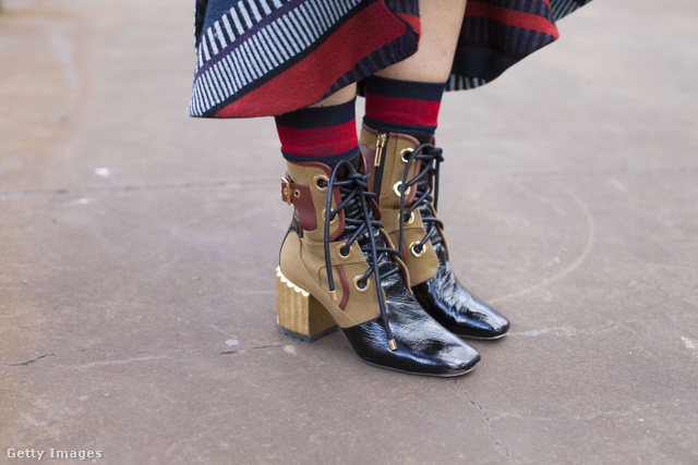 Fűzős Dior csizma és piros csíkos Gucci zokni a Sydney-i divathéten.