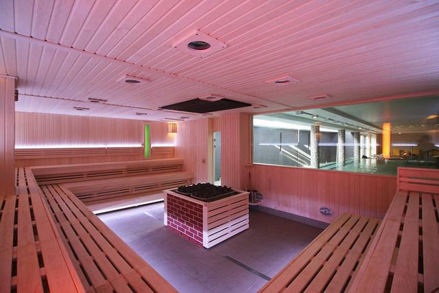 A Helyiek Kedvenc Fürdője a V-8 Vizes Uszoda Szentendrén