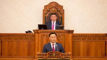 Mennie kellett az Erdenebat-kormánynak