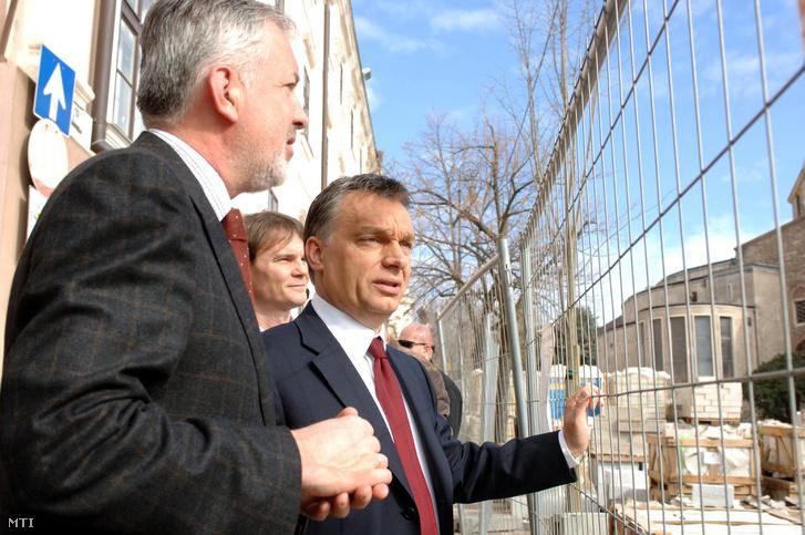 Orbán Viktor (j) a Fidesz - Magyar Polgári Szövetség elnöke Bánki Erik a Fidesz országgyûlési képviselõje (j2) és Páva Zsolt (b) Pécs polgármestere megtekinti Pécsett a Széchenyi teret.
