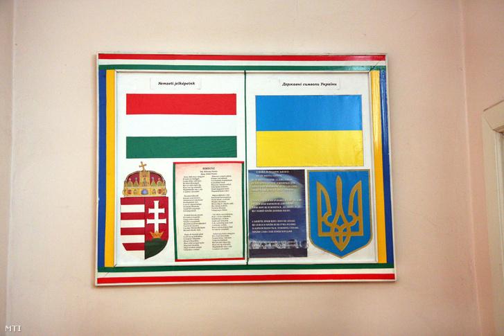 Magyar és ukrán nemzeti jelképek a Munkácsi Szent István Katolikus Líceum falán