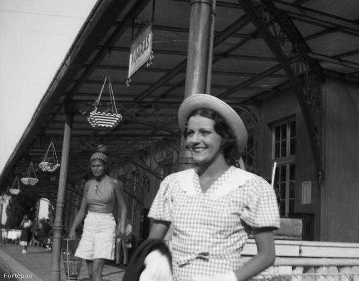 Ágay Irén a balatonföldvári vasútállomáson 1936-ban.