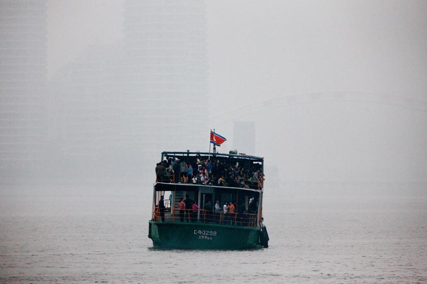 Furcsa hajót vettek észre a határon a kínaiak: észak-koreai emberekkel volt tele