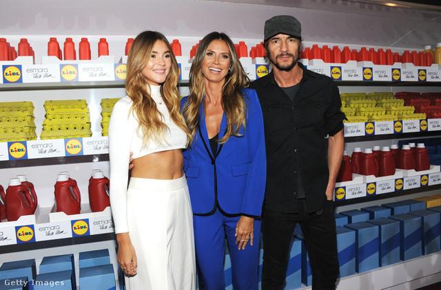 Ez a kék nadrág fog 3999 forintba kerülni a Lidlben szeptember 18-tól. A képen Stefanie Giesinger, modell, Heidi Klum és az art director, Thomas Hayo láthatók.