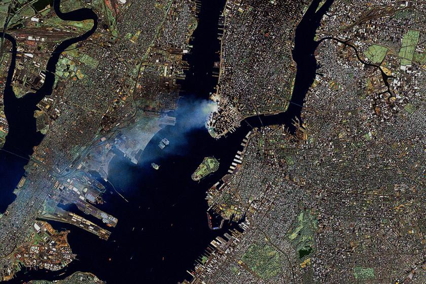 Még az űrből is látszott az ikertornyok füstje: sosem látott, megrázó fotók a terrortámadásról