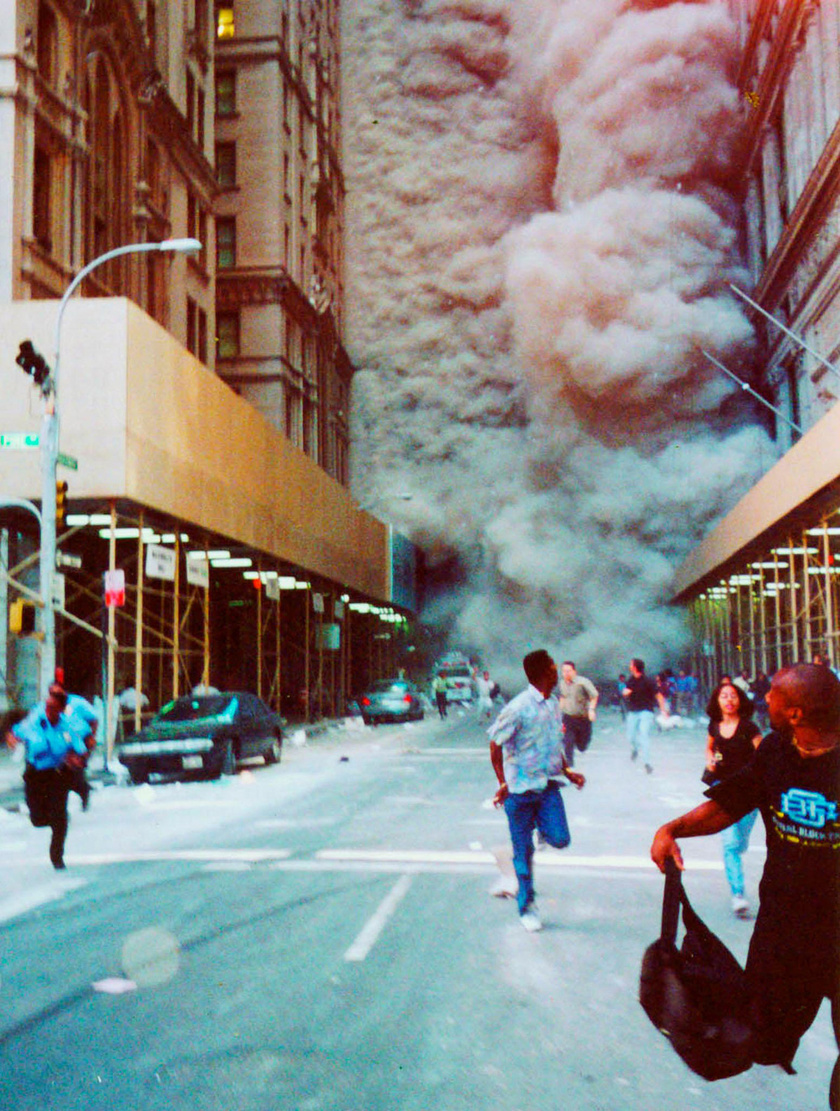 Menekülő emberek a Broadwayn, miután megindult feléjük a leomló tornyokból származó por- és füstfelhő.