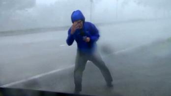A lábukon alig bírtak állni a körülöttük tomboló hurrikánban