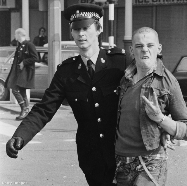 Rendőr vesz őrizetbe egy fiatal skinheadet az angliai Southend-on-Sea-ben 1980-ban.