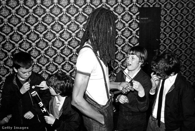 "Charlie Anderson a ""The Selecter"" nevű ska zenekar tagja fiatal rajongókkal 1980-ban."