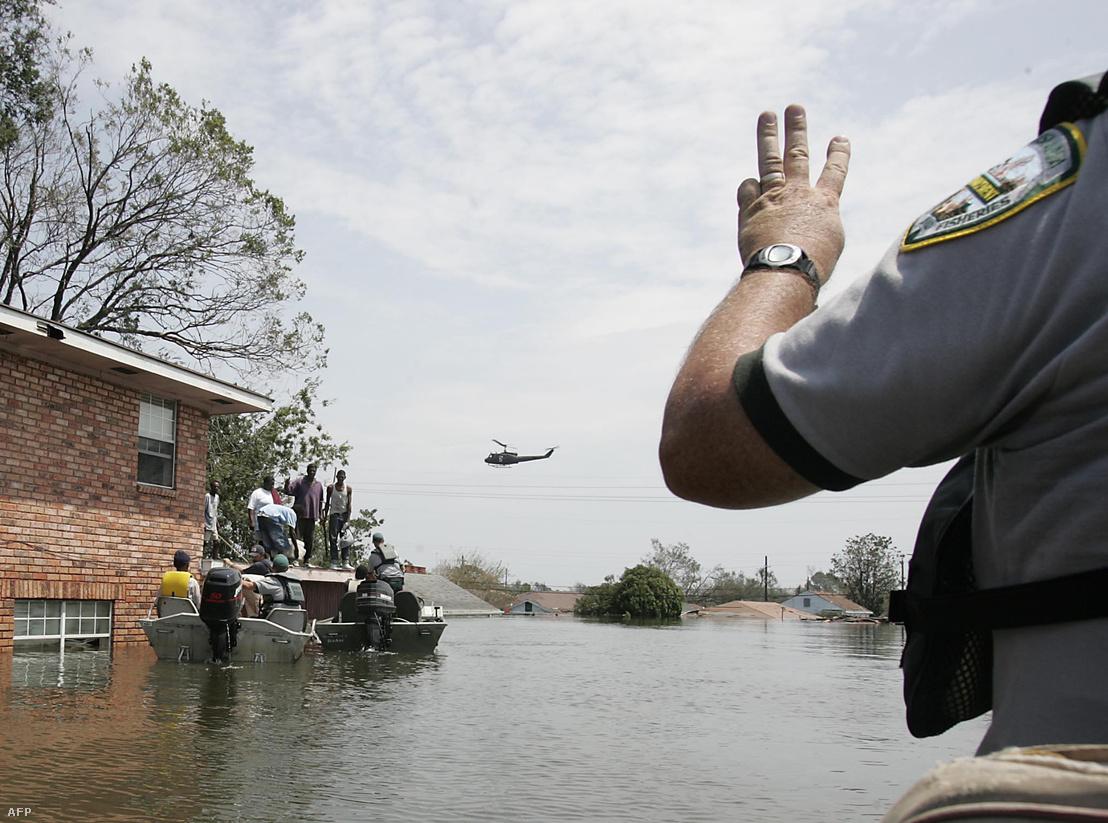 Mentőalakulatok dolgoznak az elárasztott New Orleans-ban a Katrina után