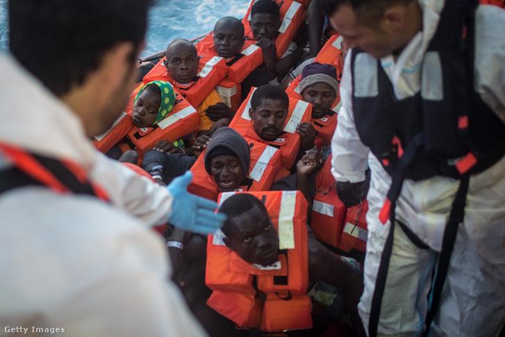 Menekültek Lampedusa partjainál