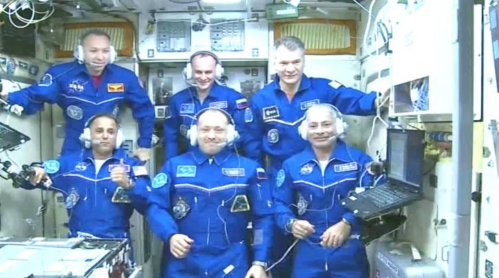 Hatan vannak most az ISS-en (alul az újoncok)