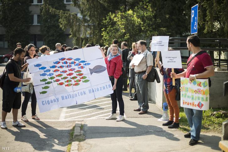 A Cigány Hallgatók Hálózatának a szegregáció ellen demonstráló tagjai a Nyíregyházi Törvényszék elõtt 2013. április 23-án.