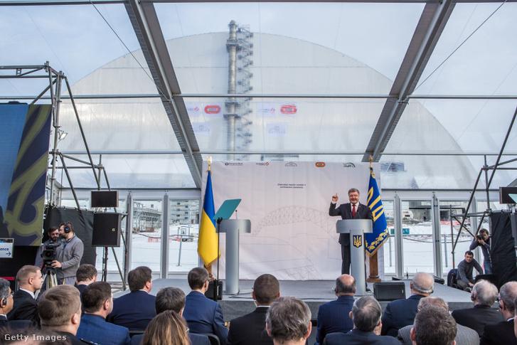 Porosenko a sérült reaktor köré emelt betonszarkofág átadó ünnepségén (2016.)