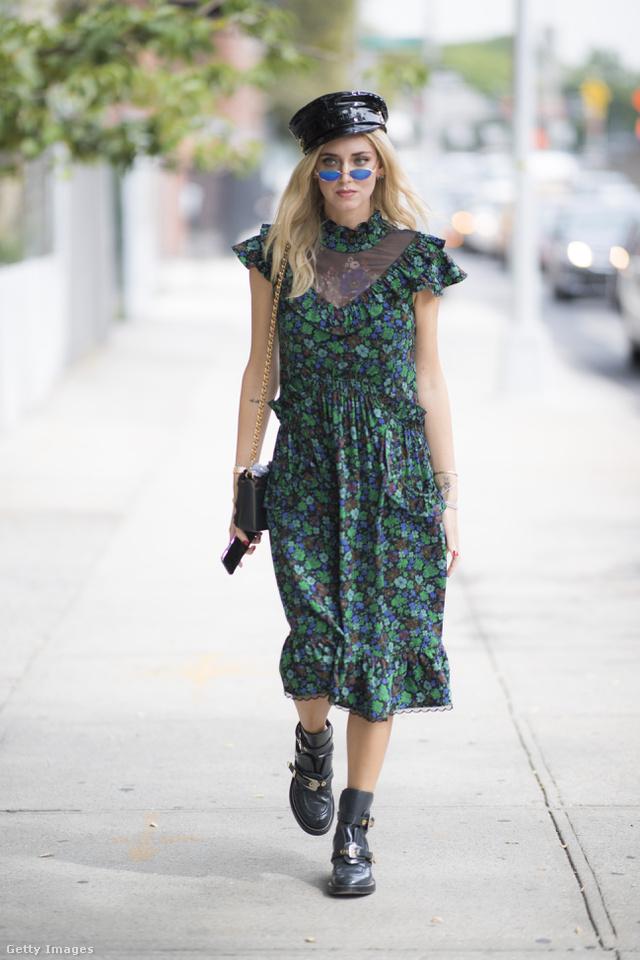 Romantikus hatású fodros ruha rockeres kiegészítőkkel Chiara Ferragnin New Yorkban.