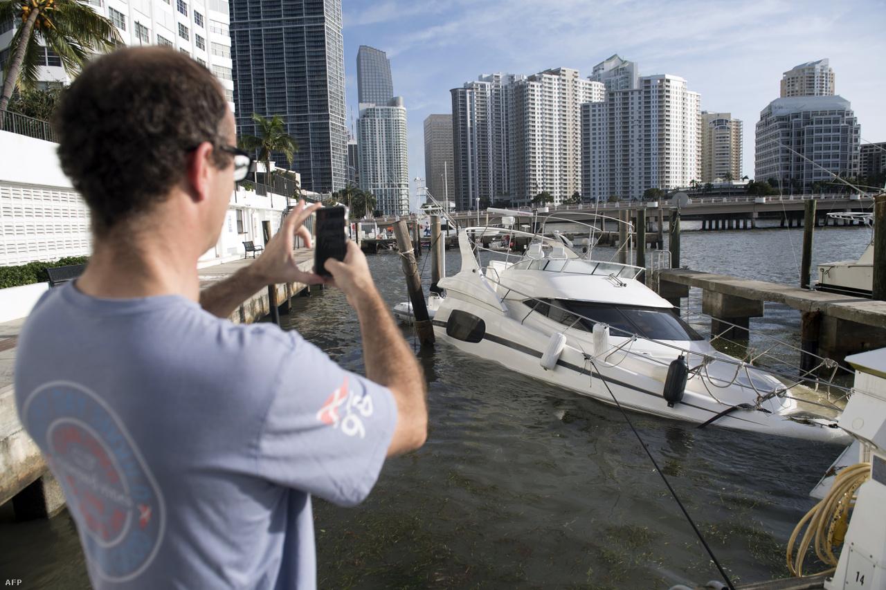 Az amerikai partokat elérve már 4-es kategóriájúvá mérséklődő Irma végül nem végzett akkora pusztítást Floridában, mint amitől a legrosszabb forgatókönyvekben tartottak, de így is borzasztó károkat okozott. Főként az állam déli felén, és a Keys nevű szigetes részen pusztított. Miamit nem kapta telibe, de Jacksonville-ben komoly áradások voltak, és az államban a háztartások 60 százaléka áram nélkül maradt. A trópusi eső Georgiát, Dél-Karolinát és Alabamát sem kímélte.
