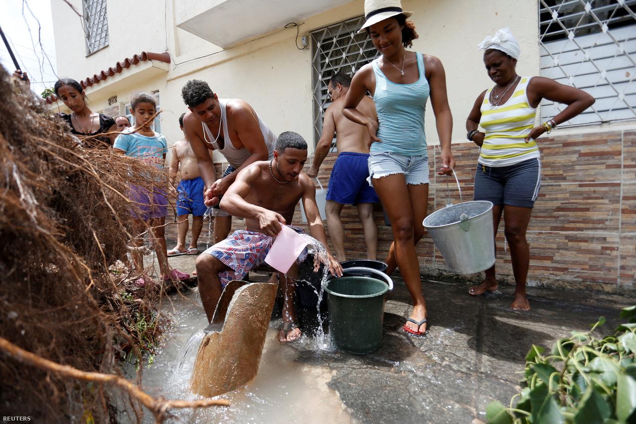 Havanna lakói gyűjtenek vizet egy törött csővezetékből az utcán.