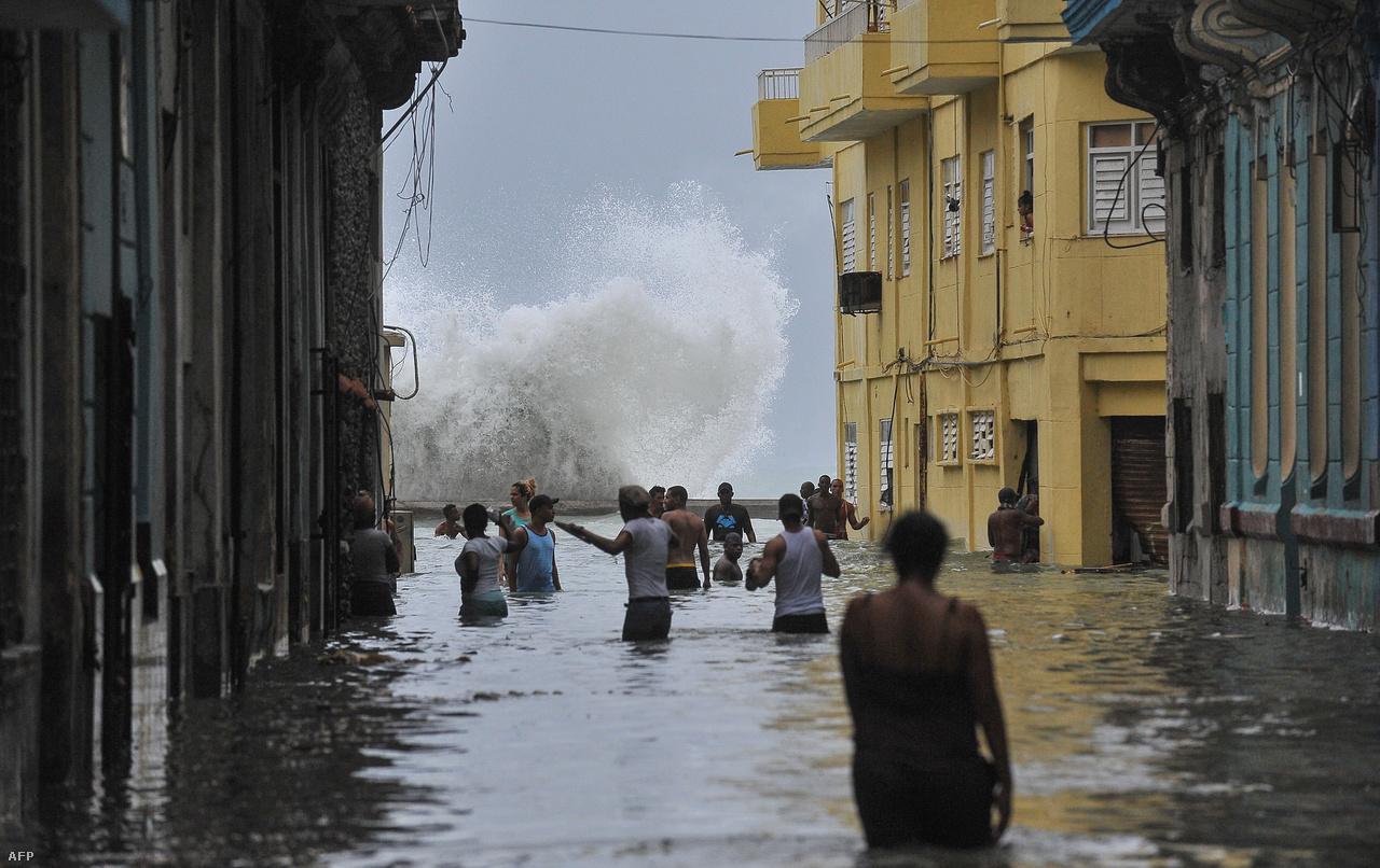 Irma Kuba északi partjait is érintette, legalább tíz ember meghalt a szigetországban, és komoly károk keletkeztek a part menti településeken, üdülőhelyeken.