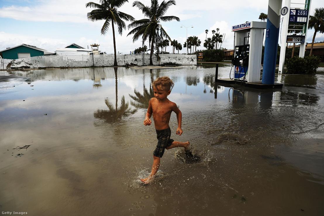 Vízben játszó kisgyerek Floridában, Irma elvonulása után.