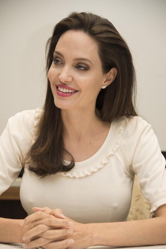 Angelina Jolie az utóbbi egy hónapban ide-oda utazik, hogy fesztiválokra kísérje új filmjét (First They Killed My Father, Loung Ung önéletrajzi regénye alapján készült).A következő pár képen még egy Los Angeles-i szállodában láthatják, egy sajtóbeszélgetésen