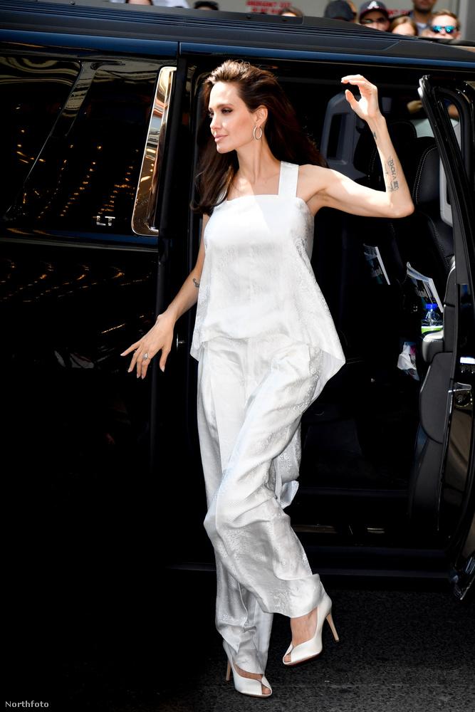 Jolie ugyanis, bár mostanában elmondása szerint nehezére esik interjút adni, azért itt-ott kénytelen elszórni néhány információ-morzsát magáról és a gyerekeiről - a sajtóturnék már csak így működnek.Itt már Torontóban járunk, az ottani filmfesztiválon.