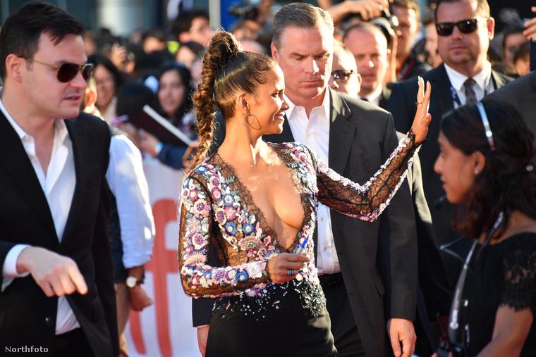 A drámai-romantikus filmalkotás reklámozásához az 51 éves színésznő azt a módszert választotta, hogy a premieren egy igen merészen dekoltált felsőt vett fel