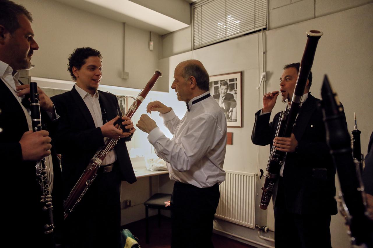 A Don Giovanni a díszleteknek használt színészek mellett még azt is meglépi, hogy a zenészek felmennek a színpadra játszani, mintha szintén a kulisszák részei lennének. Fischer a két felvonás között, az öltözőjében instruálta a zenészeket, meghallgatta, hogyan játszanak, és kigomboltatta velük az ingüket. Fischer itt Duffek Mihálynak magyaráz, miközben Csalló Roland és Tallián Dániel figyelik.